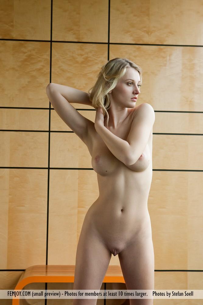 Блондинка нагибается раком и трясет торчащими сиськами с большими набухшими сосками, при этом она виляет аппетитными ягодицами
