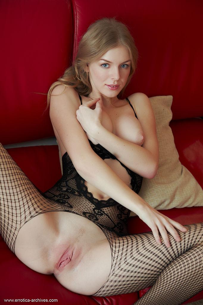 Раскрепощенная брюнетка в сексуальной униформе рвет капрон на промежности и демонстрирует ее крупным планом