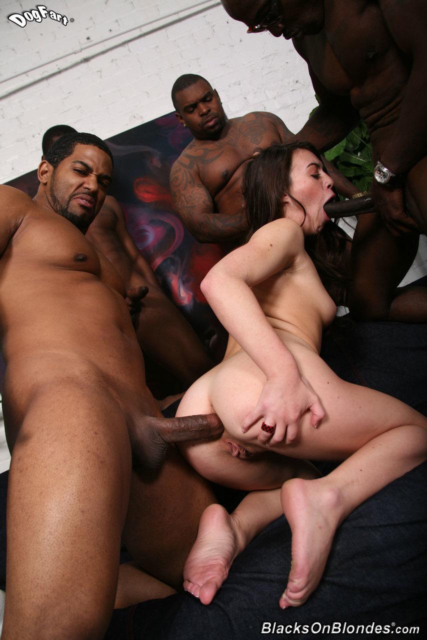 Темнокожие пикаперы  по кругу трахают молоденькую брюнетку в рот и в задницу и спермой заливают ее красивую грудь и лицо