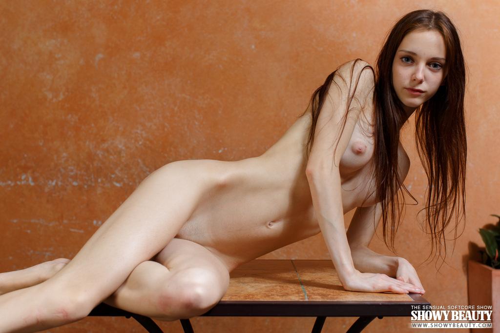 Худышка залезла на небольшой столик и раздвинула ноги, чтоб показать розовую киску с большими половыми губами