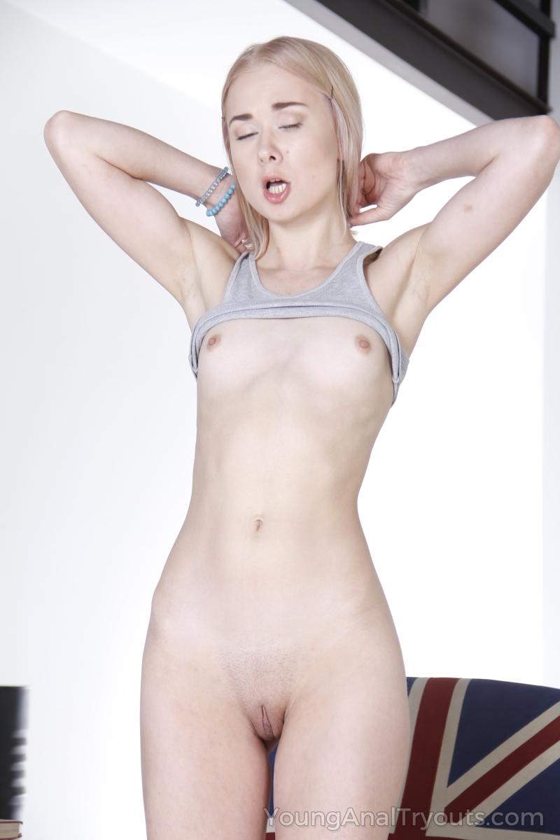 Блондинка с большой анальной щелью любит анальный