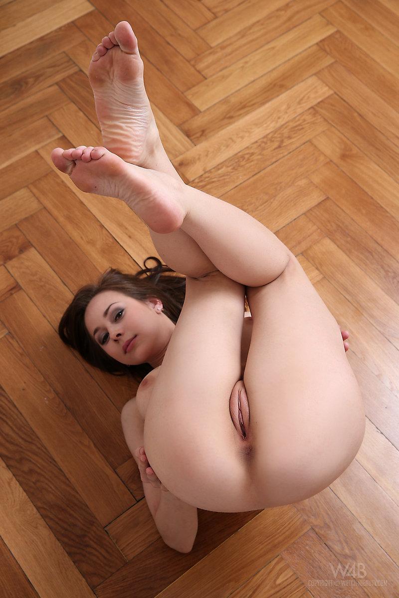 Девушка подняла ногу пизда фото