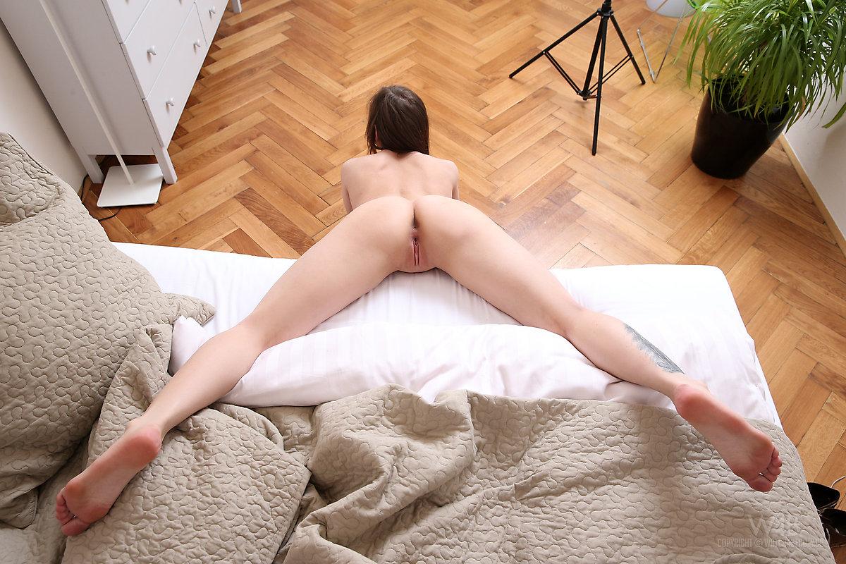Гибкая брюнетка в полу-шпагате раздвигает ноги и показывает киску и демонстрирует натуральную грудь крупным планом
