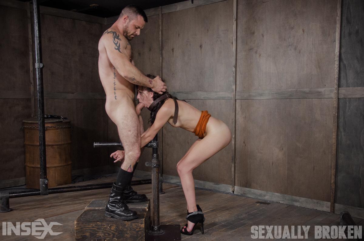 Мужик связал аппетитную блондинку в БДСМ комнате и жесткое ее оттрахал пенисом и разнообразными секс игрушками