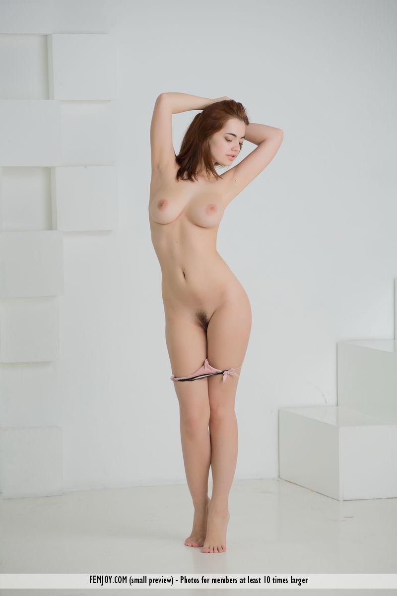 Худышка трясет большими сиськами и показывает красивую стрижку на кремовом лобку крупным планом перед камерой