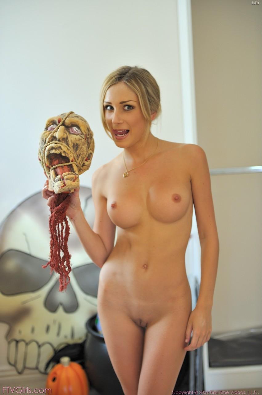 Блондинка небольшим вибратором и фигурным дилдо  трахает себя во влажную киску и слизывает и игрушки сок