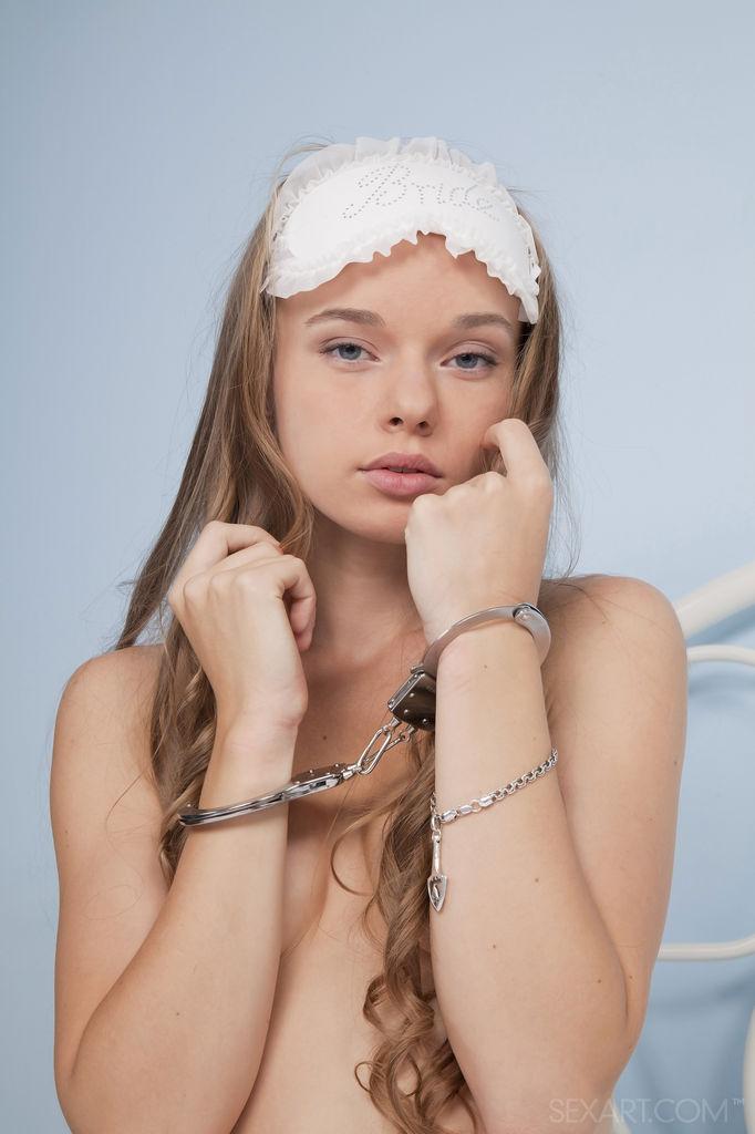 Девушка с повязкой на глазах заковала себя в наручники и поимела себя в киску небольшими вагинальными шариками