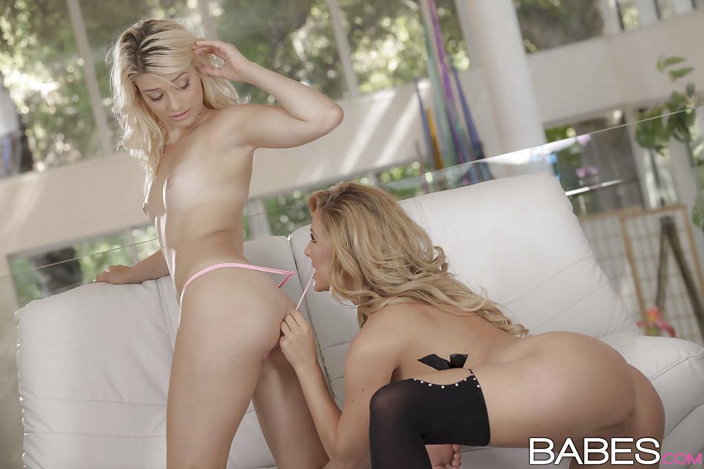 Молоденькие блондинки мнут обеими руками натуральные сиськи друг друга и трутся ими после нежного кунилингуса