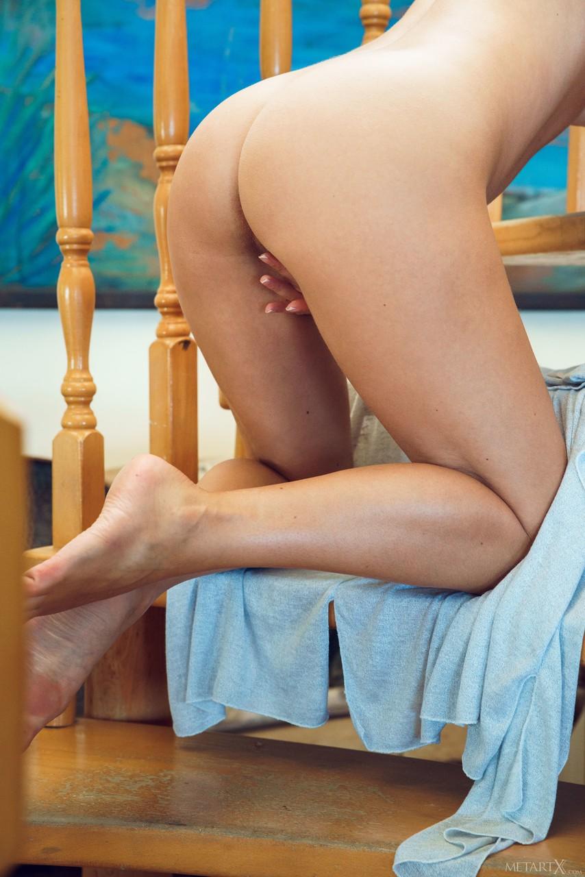 Брюнетка с шикарным декольте раздевается на лестнице и с пристрастием трет пальцами гладко выбритую киску