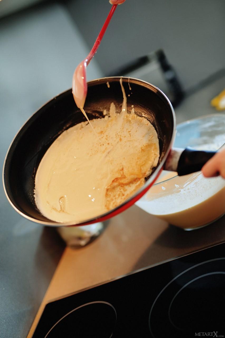 Голая домохозяйка снимает фартук и начинает увлеченно мастурбировать на кухонном столе во время завтрака