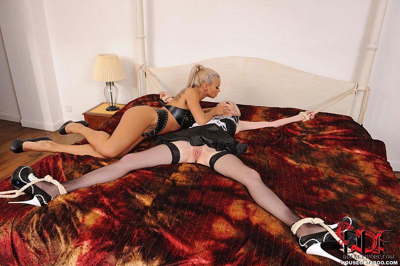 Две лесбиянки в кожаных униформах жестко трахают друг друга разными секс игрушками от чего получают удовольствие