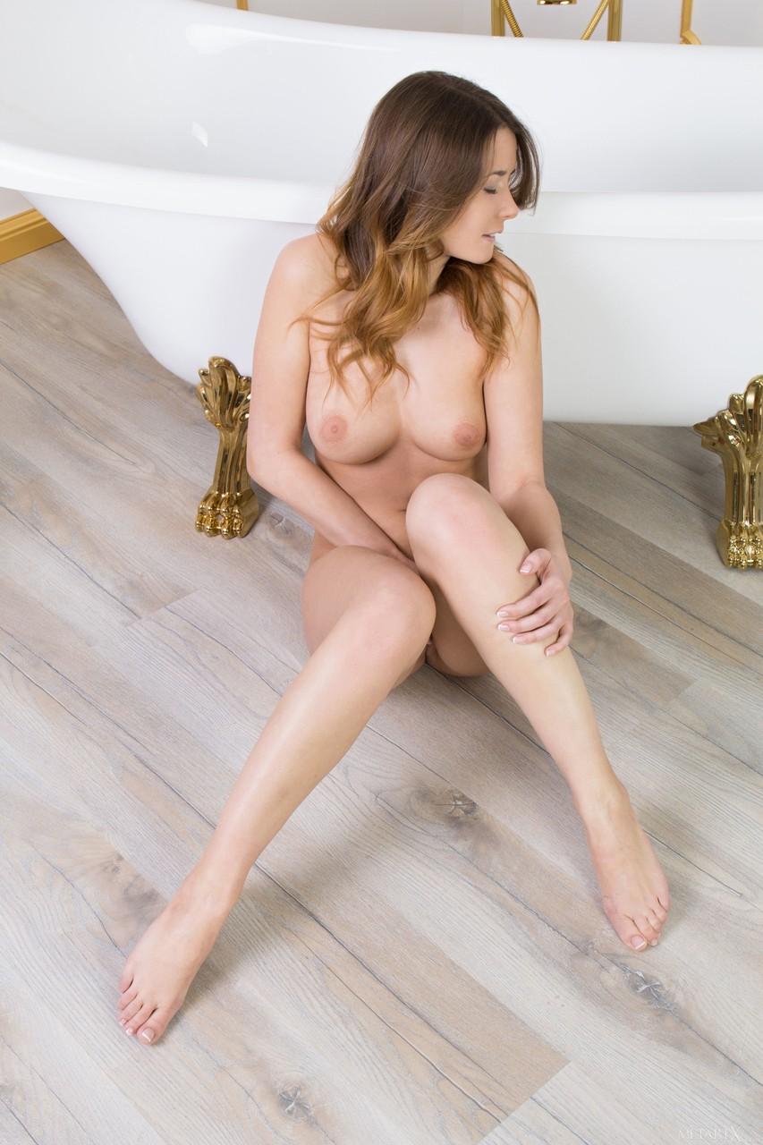 Девушка в белоснежном пеньюаре раздевается в ванной и мастурбирует на полу крупным планом стоя раком или на корточках