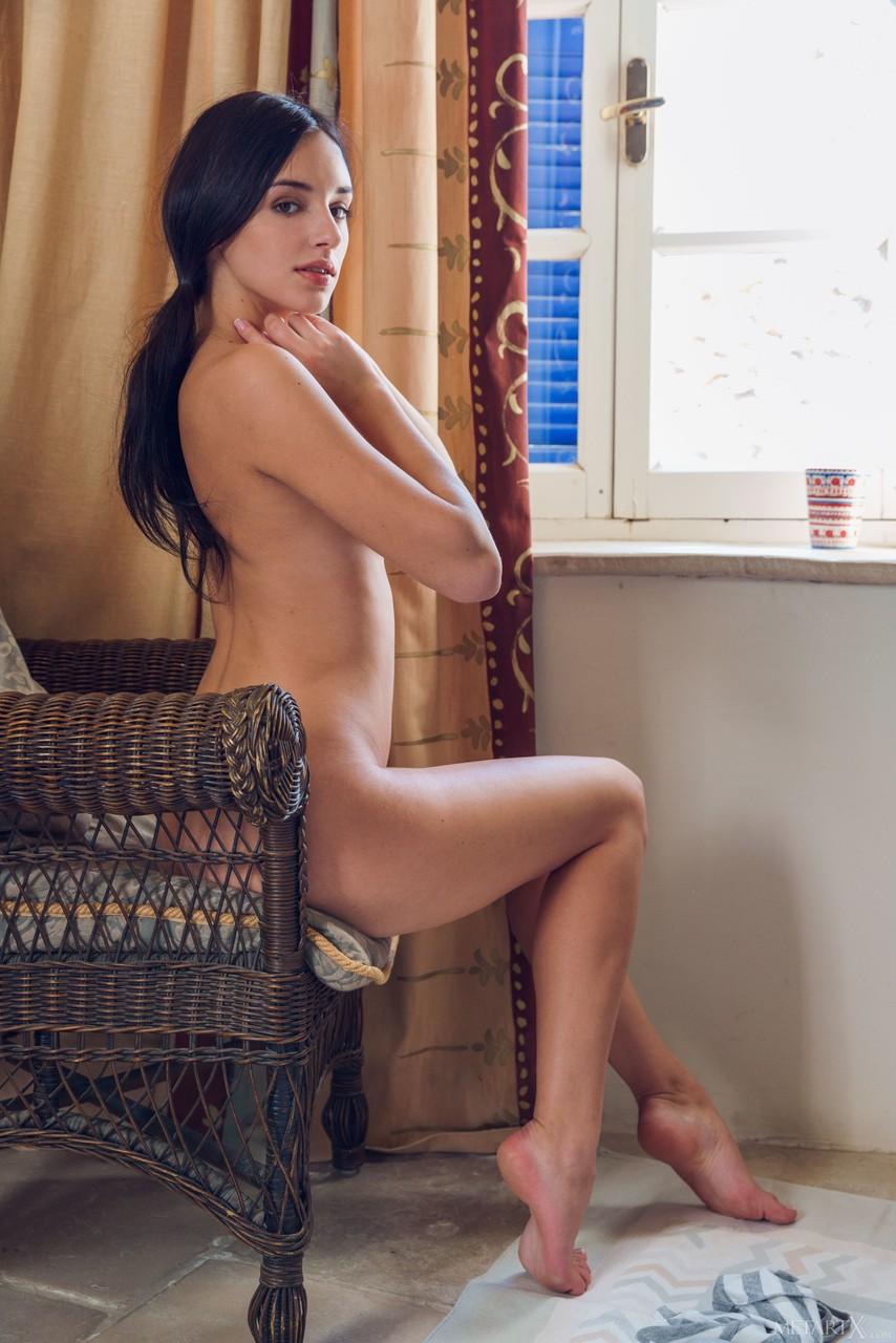 Худая латинка сидит в плетеном кресле и нежно пальцами касается киски и слизывает с них сок после фистинга