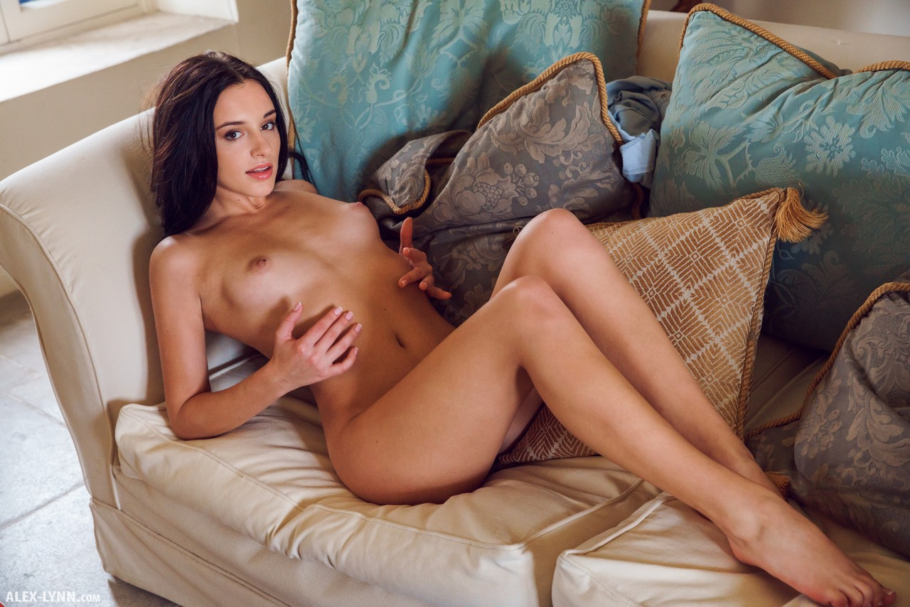 Брюнетка любит сольные ласки и нежные мастурбации раком на небольшом диване в гостевой комнате перед вебкамерой