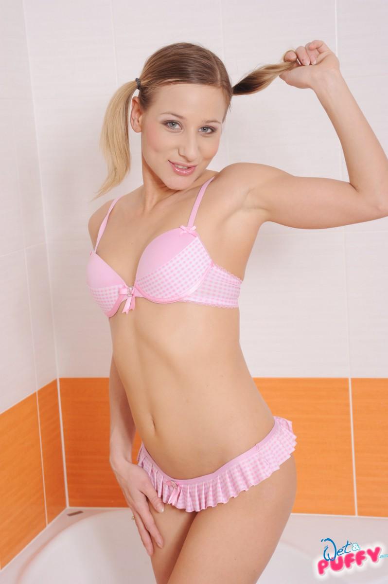 Блондинка с пирсингом на киски мастурбирует в ванной и вводит во влагалище фигурную секс игрушку