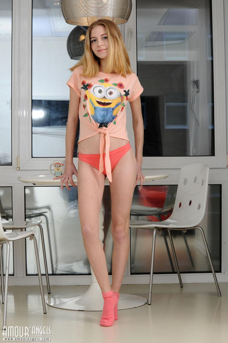 Блондинка в розовых носках задирает ноги, сидя на стел, и постоянно показывает свою кремовую киску