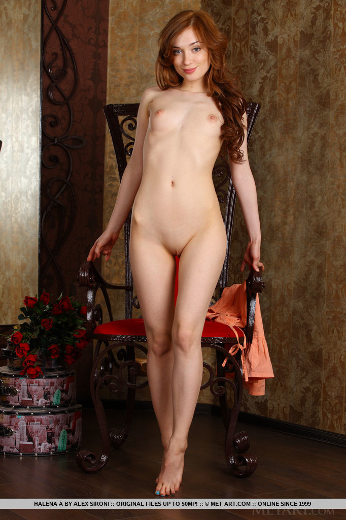 Стройная красотка с длинными волосами задирает ноги к верху и показывает упругую попку. Она разводит ягодицы руками и хвастается розовой киской