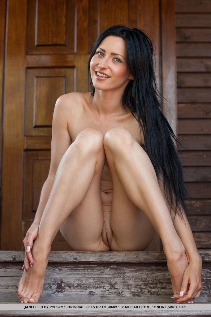 Длинноногая брюнетка с распушенными волосами показывает свое тело на даче. Она принимает различные позы и показывает попку со всех сторон