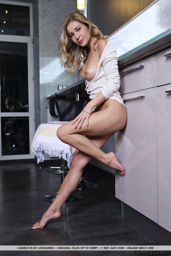 Девушка снимает белые трусики на кухне и трясет большими сиськами. Она обнажает пилотку и с удовольствием демонстрирует её