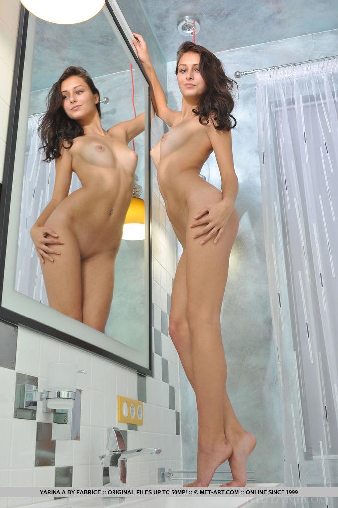 Брюнетка с упругими сиськами принимает душ. Она намыливает свои сексуальные формы и принимает самые возбуждающие позы