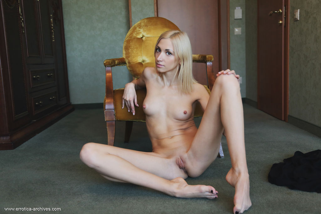 Блондинка пальцами касается кремовой киски и с пристрастием сжимает аппетитные ягодицы в разных позах