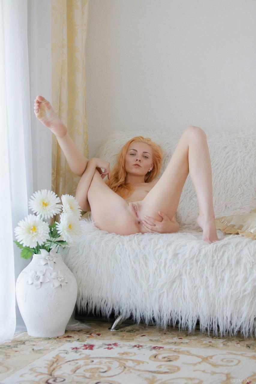 Блондинка нежится на диване или на полу и постоянно показывает гладкую киску и кремовую вагинальную щелку