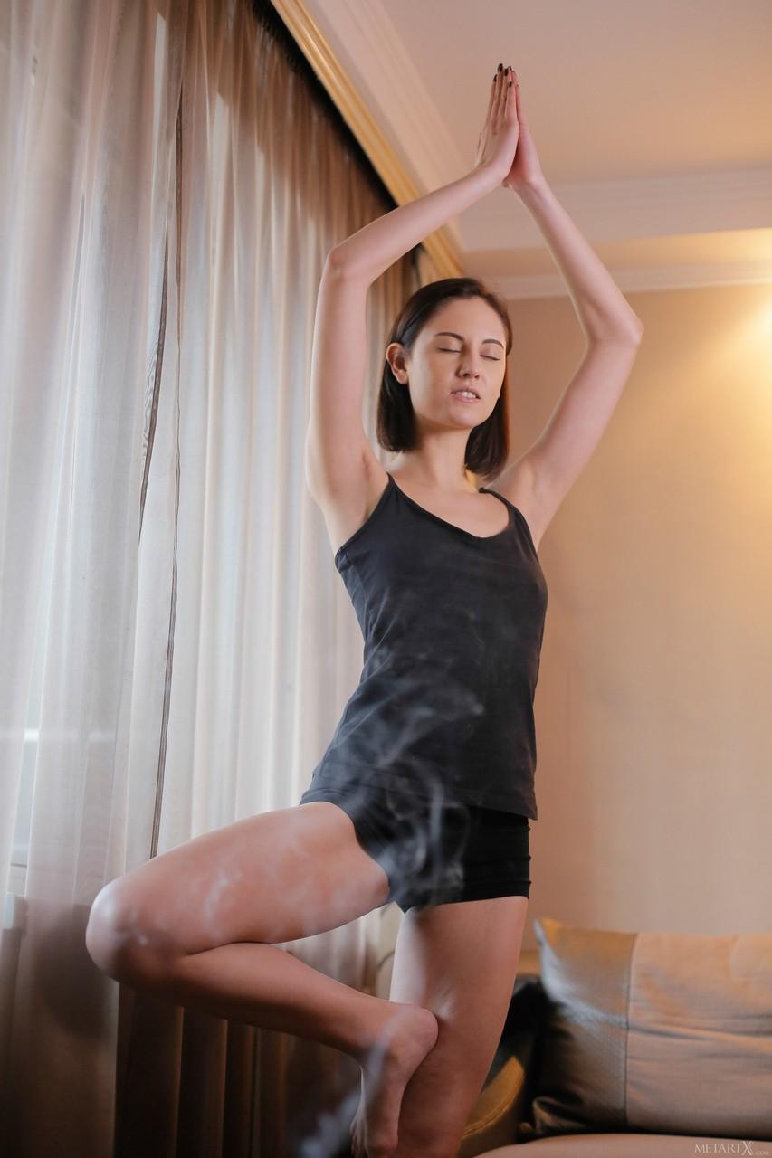 Красотка в процессе занятия йоги раздевается и с пристрастием ласкает киску в процессе чего и возбуждается