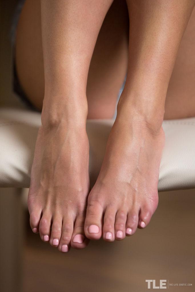 Светловолосая толстушка эротично облизывает клубнику и сливками обливает стройные ноги к гладко выбритую пилотку