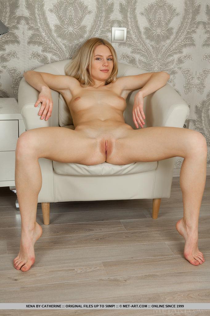 Блондинка на голое тело примеряет розовое платье и нежно ласкает свои пикантные места, сидя в мягком кресле