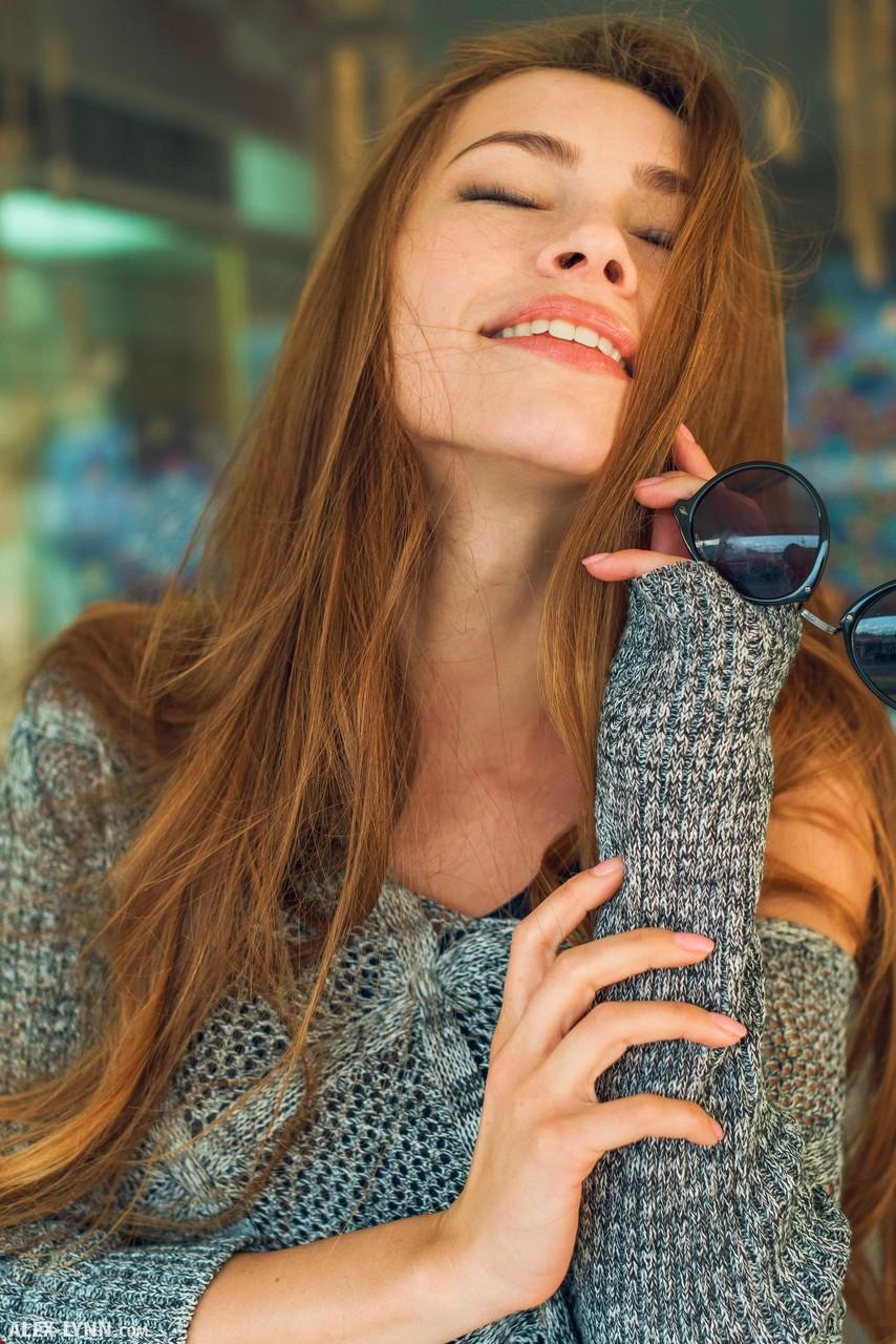 Стройняшка в короткой юбке раздвигает ноги так, что ее половые губы выделяются прямо через трусики