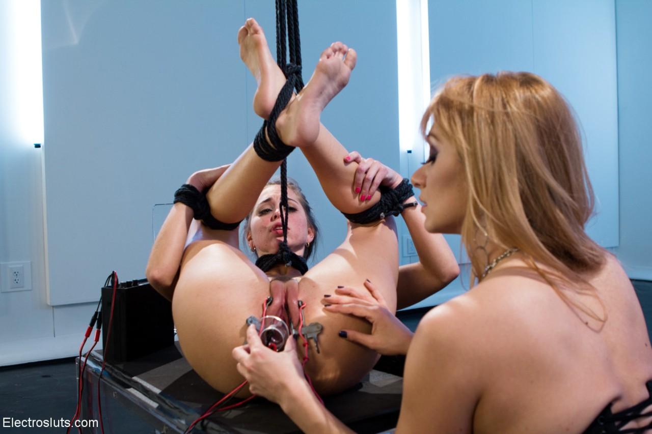Жесткая БДСМ порка для молоденькой лесбиянки заводит ненасытную мамку и доводит ее до бурного оргазма