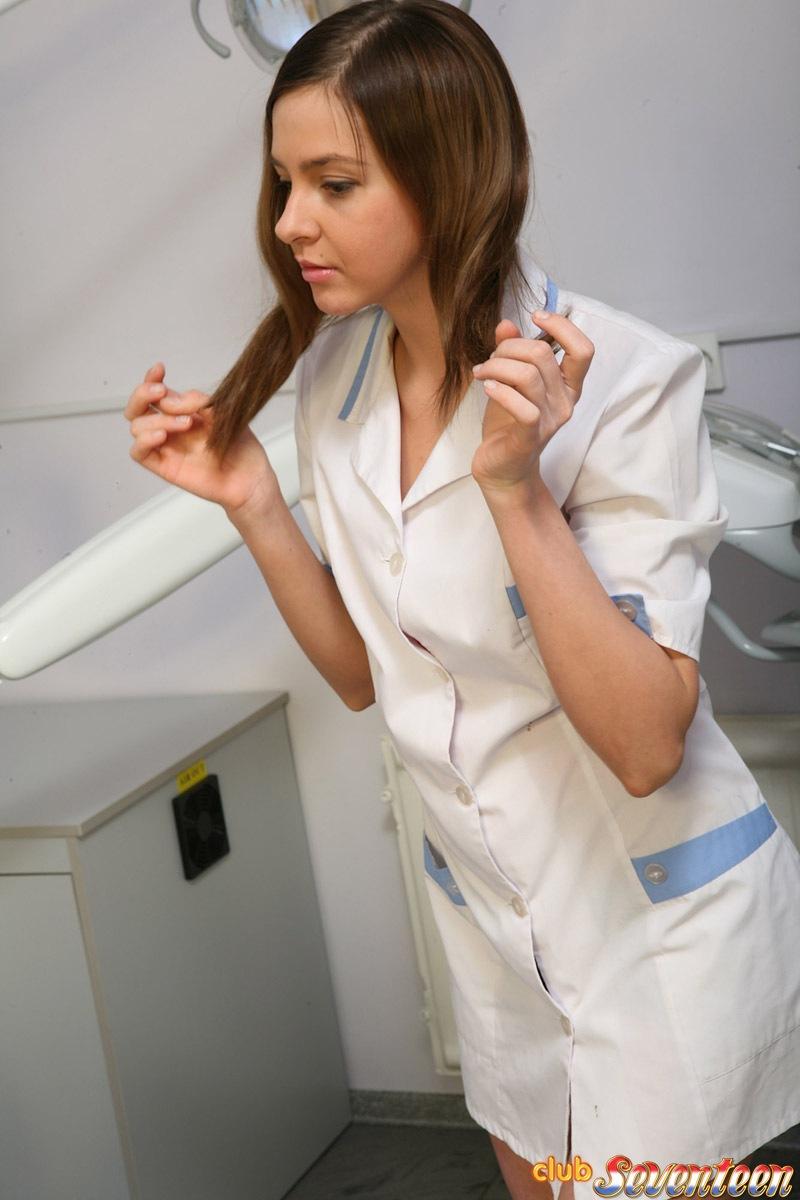 Молоденькая медсестра пристает к пациентке и трахает ее секс игрушкой в тугую киску прямо в кресле для осмотра