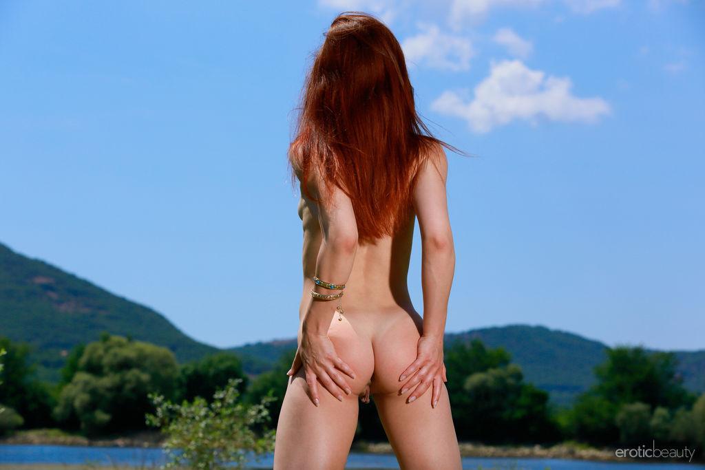 Рыжуха снимает с себя полупрозрачный сарафан и совершенно голой позирует на поляне возе большой реки