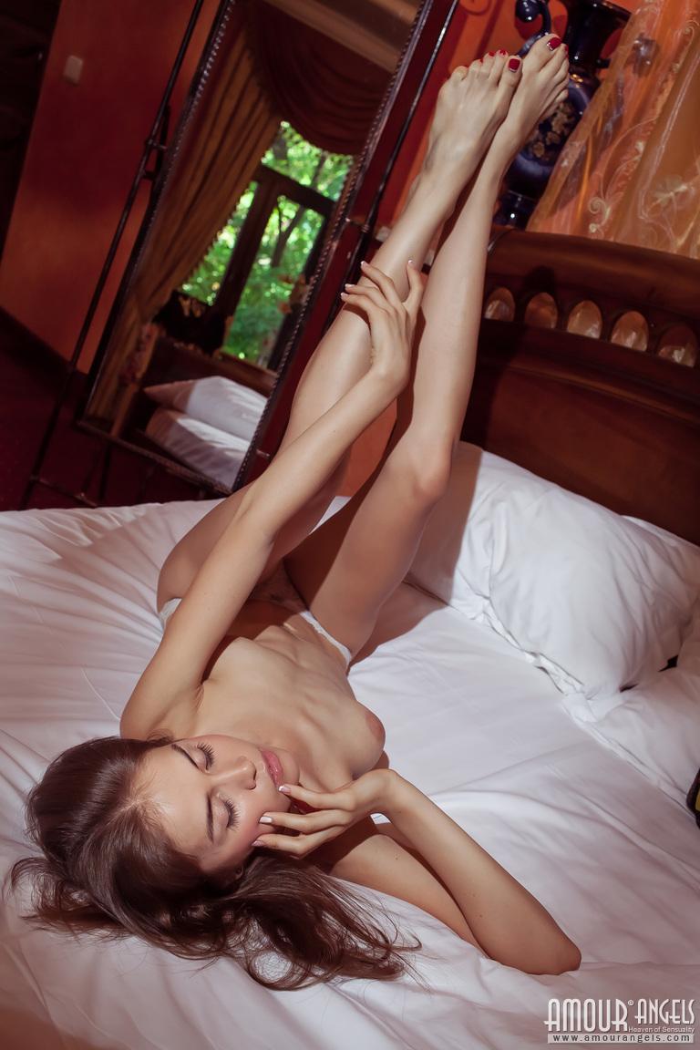 Девушка с грудью необычной формы наслаждается своим телом и показывает кремовую киску крупным планом