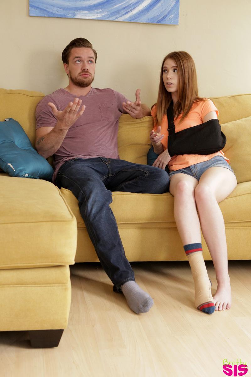 Рыжуха с бандажом на руке лежит на диване и получает пенис в кремовую пилотку и ее щелка заполняется кончой