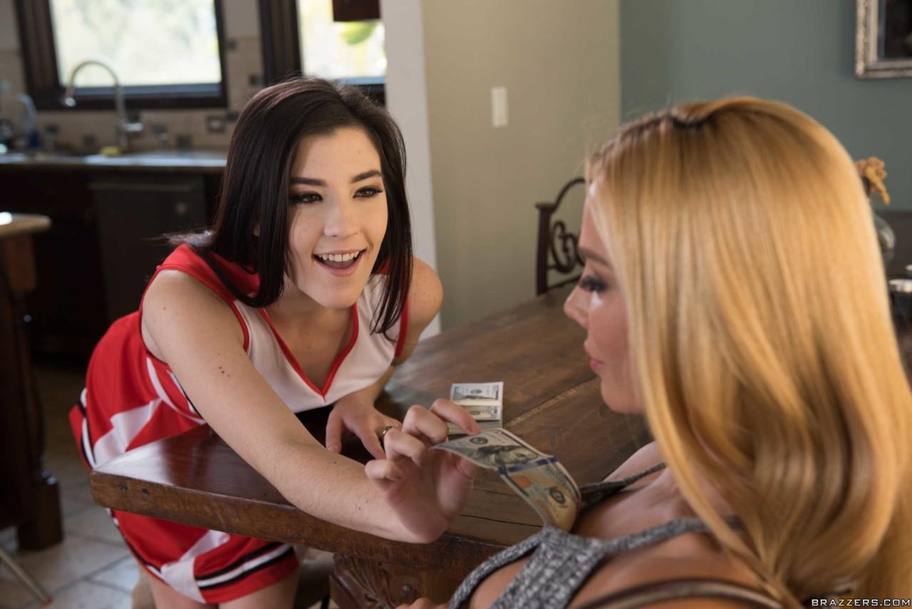 Девушки наслаждаются делами друг друга и в небольшой кафешке вылизывают пилотки друг друга и стонут от мастурбации