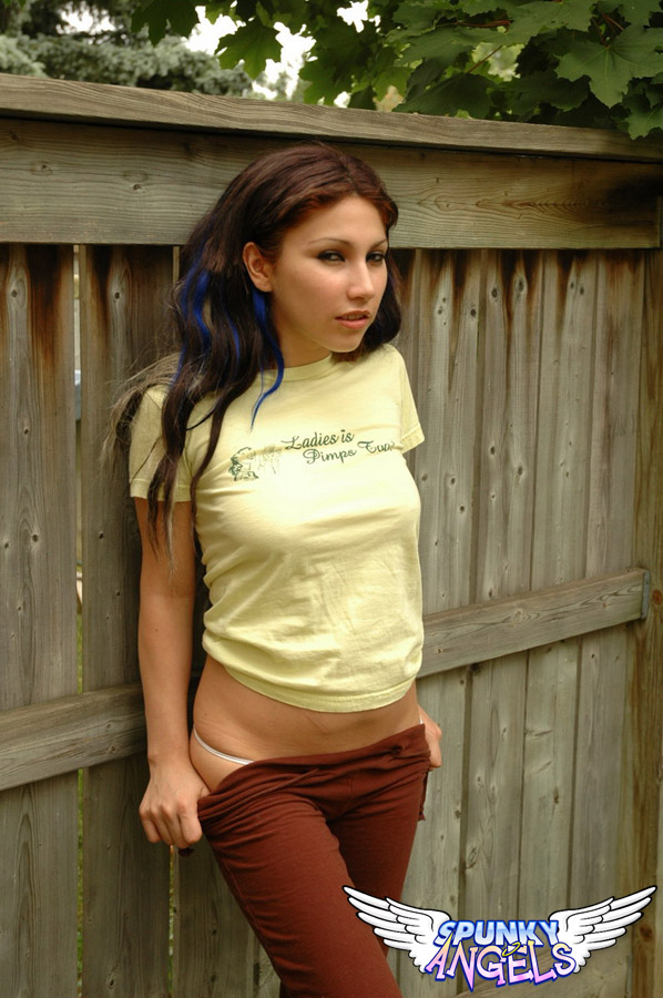 Брюнетка задирает футболку и застенчиво ласкает натуральные сиськи и демонстрирует аппетитную попу и тату на пояснице