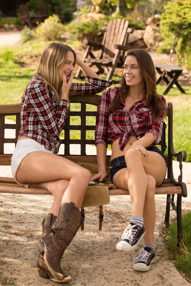 Спортивные девушки с аппетитными ягодицами виляют попами и делают друг другу кунилингус на улице в саду на лавке