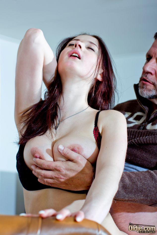 Сексуальная брюнетка трахает мужика большими дойками и периодически скачет на пенисе до самого оргазма