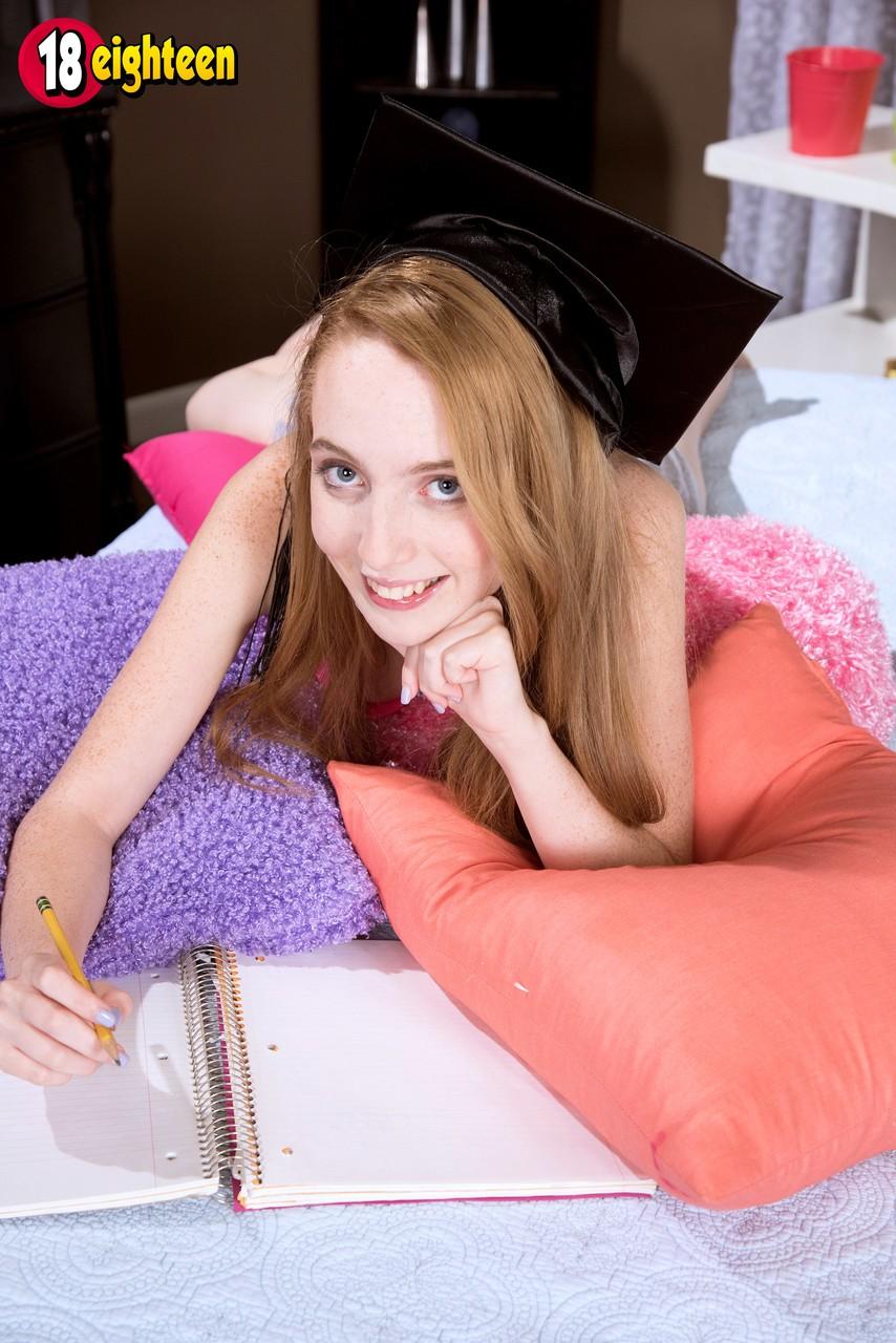 Молоденькая студентка нежится на постели и застенчиво демонстрирует кремовую пилотку в которую вводит пальцы