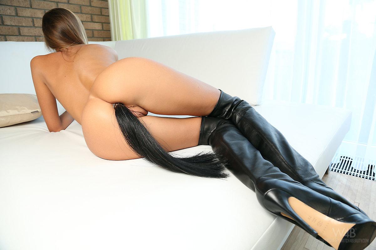 Брюнетка на высоких каблуках вставляет анальную пробку с хвостом в тугую щелку и мастурбирует крупным планом