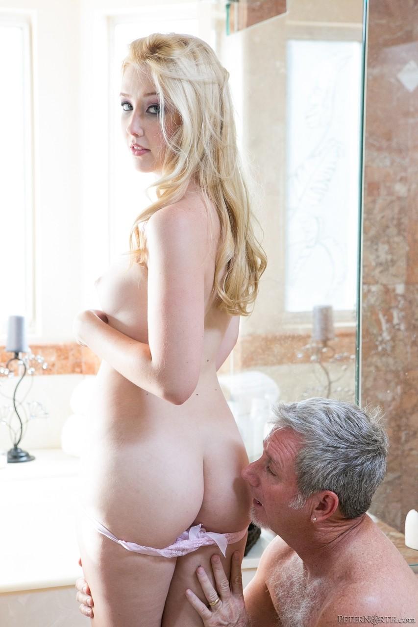 Блондинка отдалась мускулистому мужику и довела его до бурного оргазма за что и получила порцию спермы на лицо и в рот