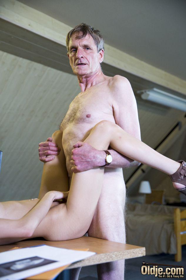 Зрелый мужик уложил молоденькую худышку на пол и трахнул ее в киску, а потом усадил на стол и довел ее до оргазма