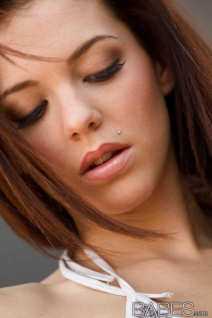 Молоденькие лесбиянки с пирсингами на язычках и в носу вылизывают пилотки друг друга и испытывают бурный оргазм