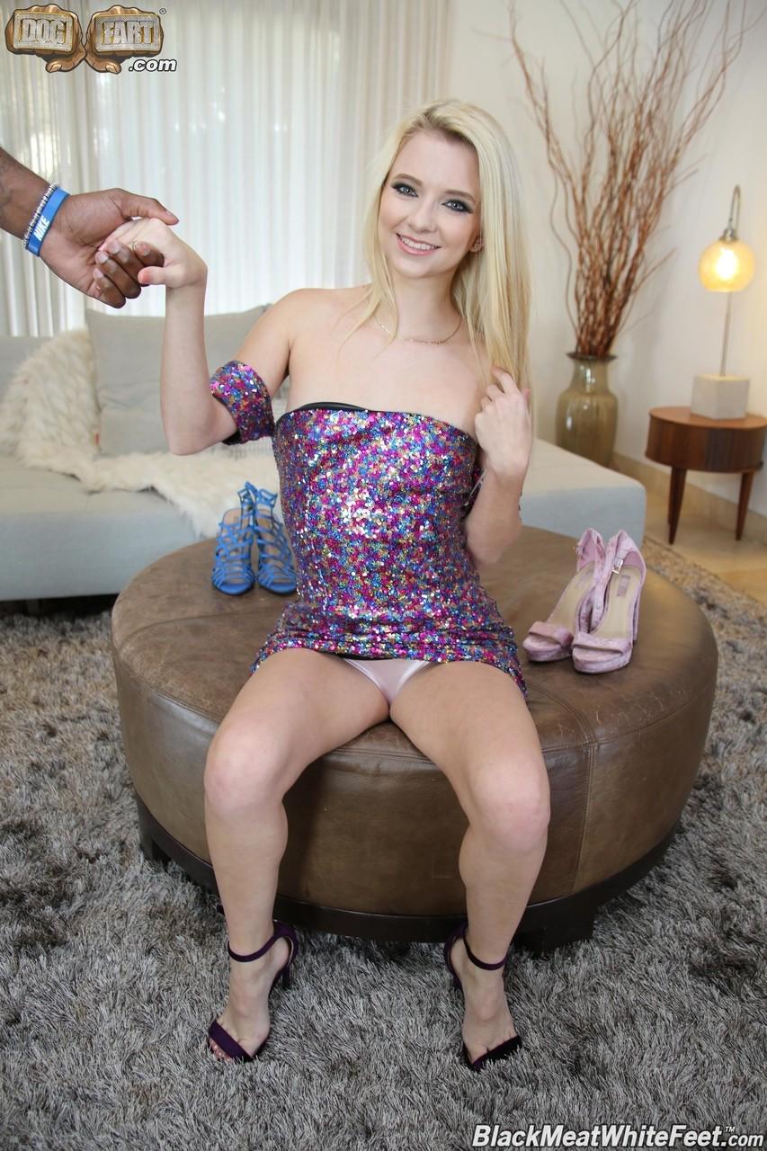 Блондинка со стрижкой на лобку стонет от скачет на черном пенисе и дрочит возлюбленному ступнями и обеими руками