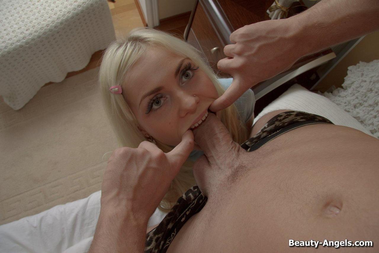 Блондинка с большой глоткой трахает возлюбленного анальной дыркой и глоткой доводит его до бурного оргазма