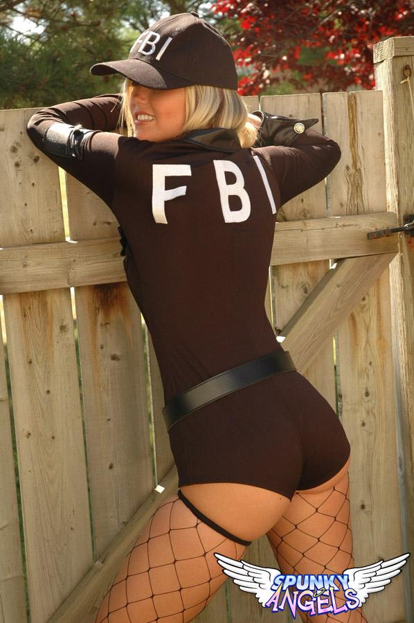 Спортивная блондинка в чулках и в кепке позирует на улице и медленно раздевается крупным планом перед вебкамерой