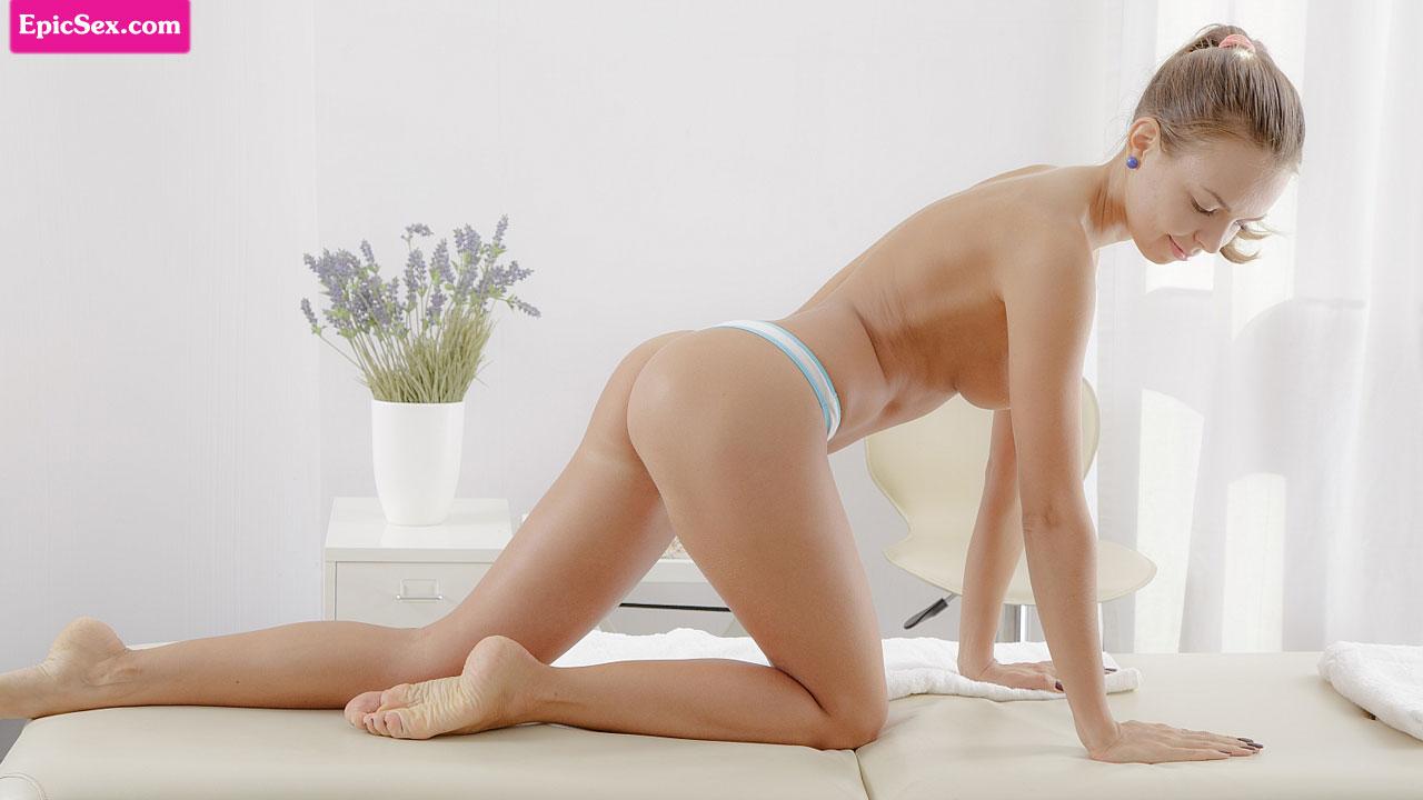 Худышка соблазнила массажистка и когда обмазала тело маслом трахнула спутника в позе наездницы на столе