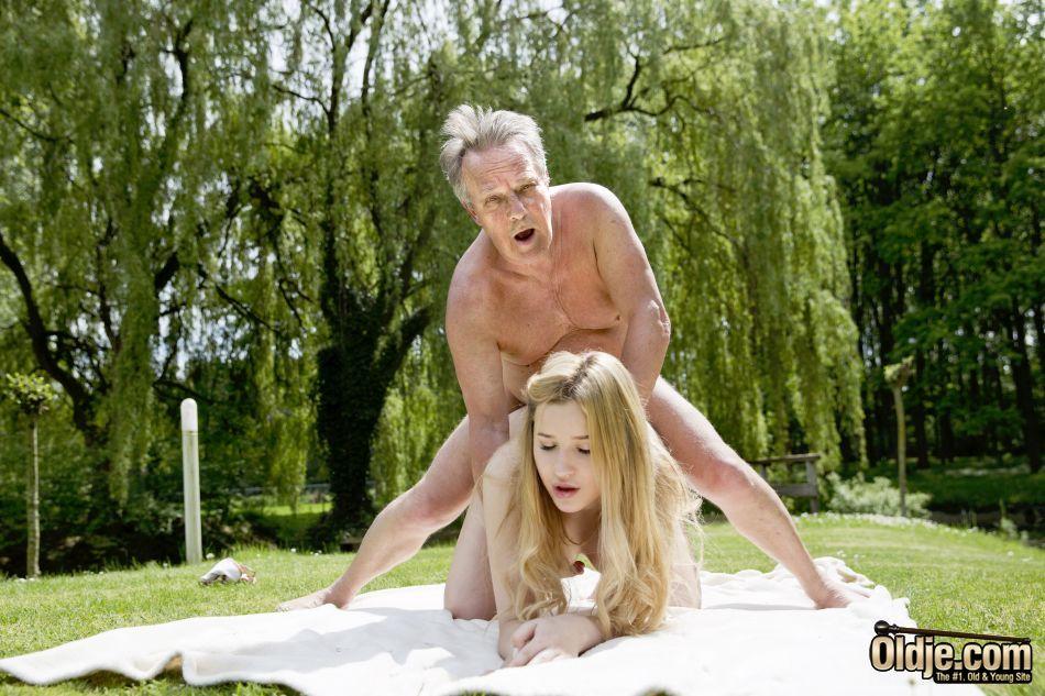 Зрелый мужик прижимается сзади к молоденькой телочке и трахает раком в парке на газоне крупным планом