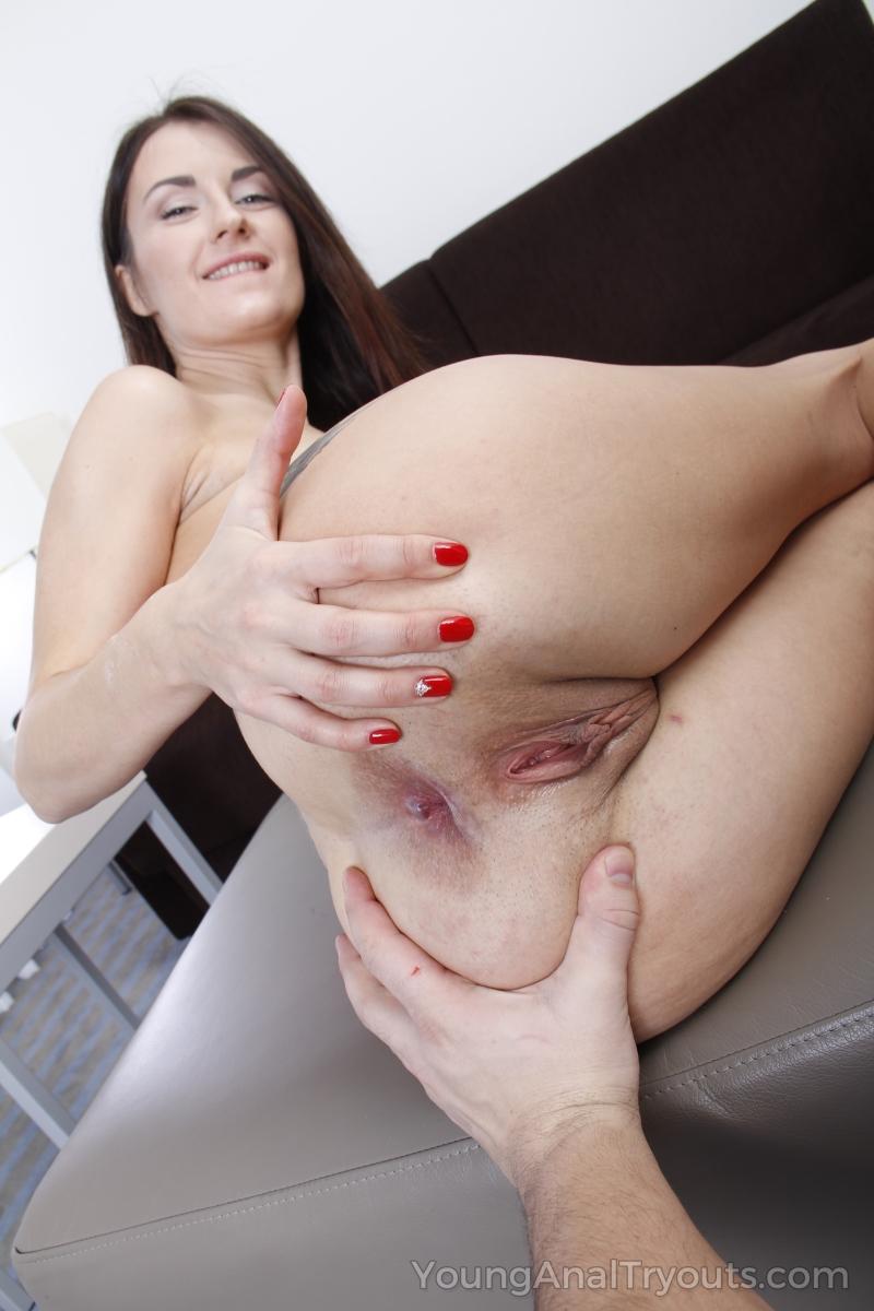 Мужик взял брюнетку на руки и усадил анальной щелью на длинный пенис крупным планом и довел ее до оргазма